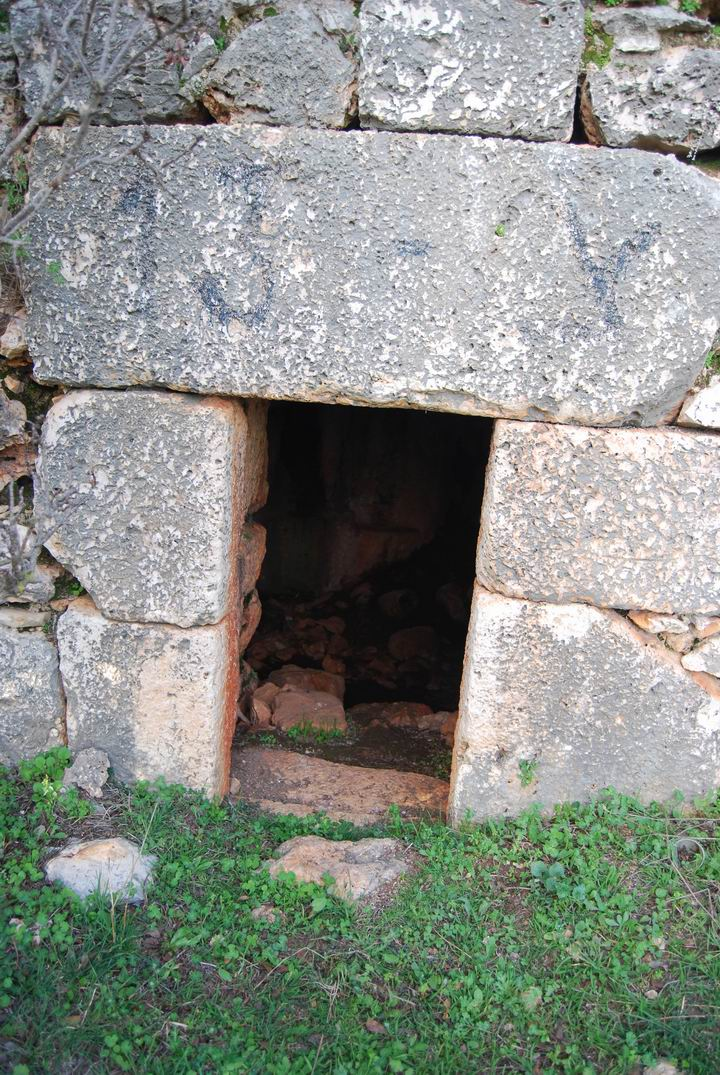 Khirbet Heskek: entrance to room under church