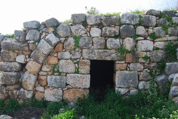 Hurvat (Khirbet) Mehoz - entrance to arched house