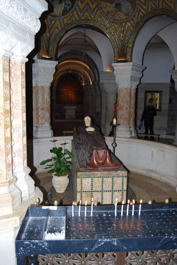 Dormition Abbey, mount Zion: the crypt with status of sleeping Mary